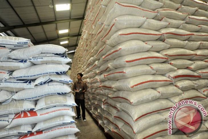 Gubernur meninjau ketersediaan beras di pasar tradisional
