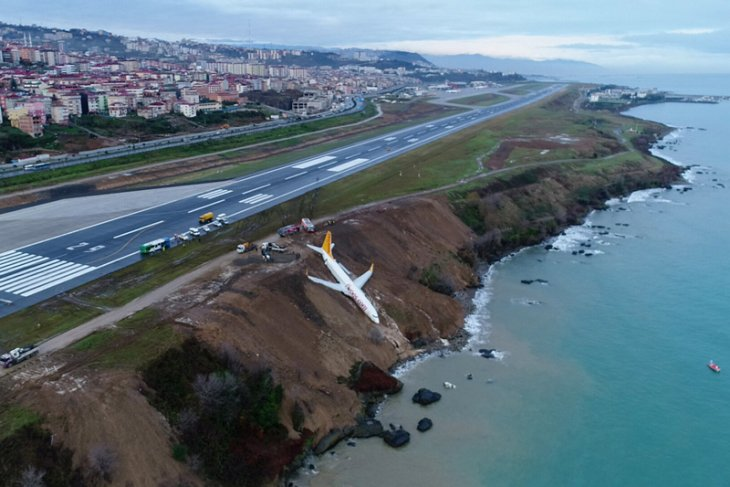 Pesawat penumpang Turki tergelincir ke tebing tepi laut