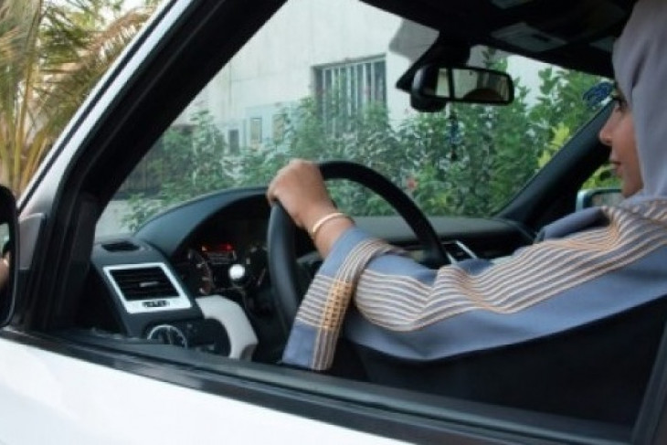 Perempuan Arab Saudi siap duduk di belakang kemudi