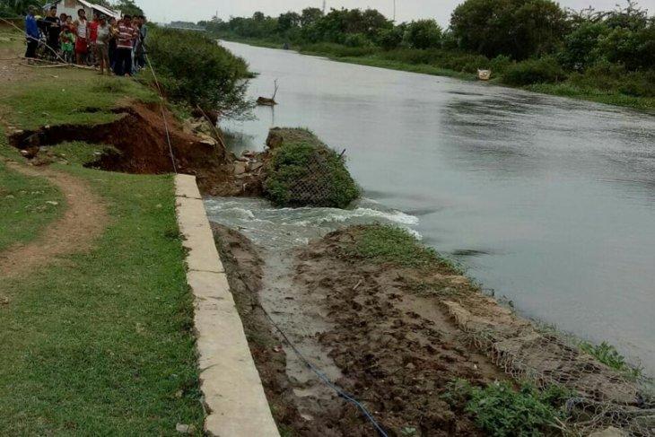 Waduh, Tanggul sungai Cilamaya Karawang jebol
