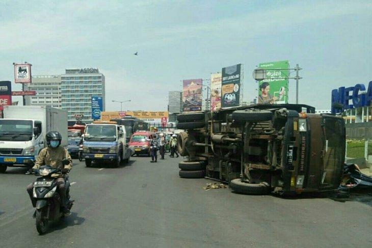 Truk sembako terguling di Bekasi akibat ban pecah