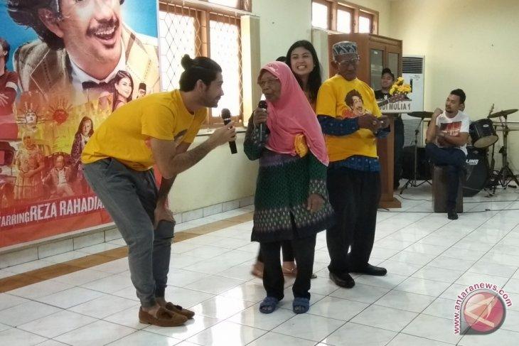 Kunjungi panti jompo, Delia Husein dan Reza Rahadian teringat keluarga