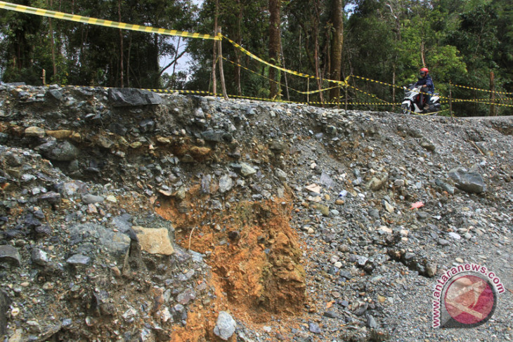 Akses pantai barat Sumatera putus total