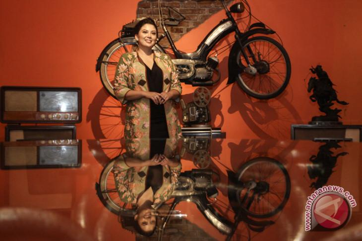 Rosa Rai Djalal, di antara keluarga, dokter gigi, film dan yayasan
