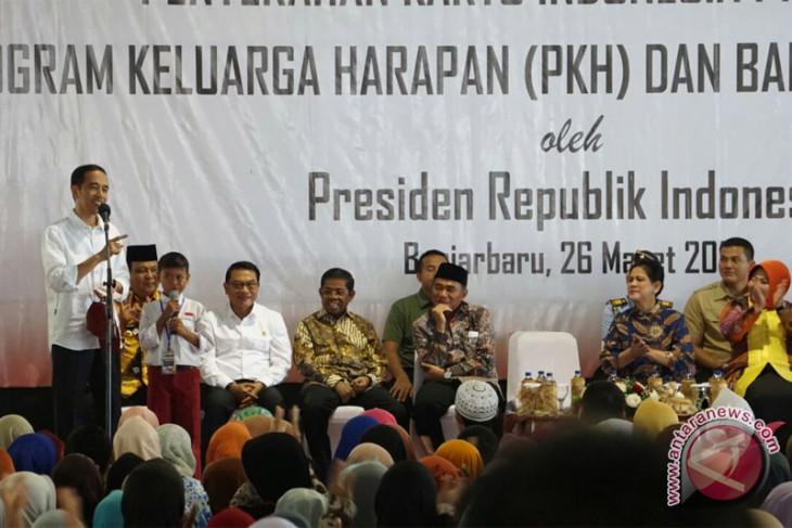 Presiden Jokowi tinjau distribusi bantuan sosial di Banjar