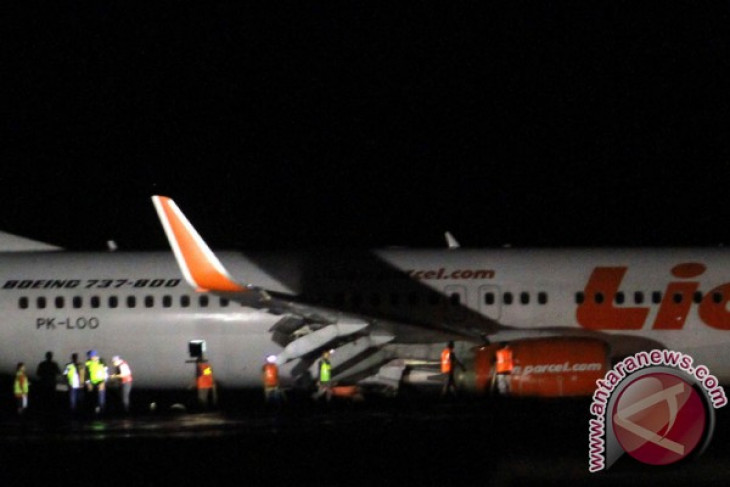 All passengers safe after lion air plane skids off runway antara news all passengers safe after lion air plane skids off runway stopboris Gallery