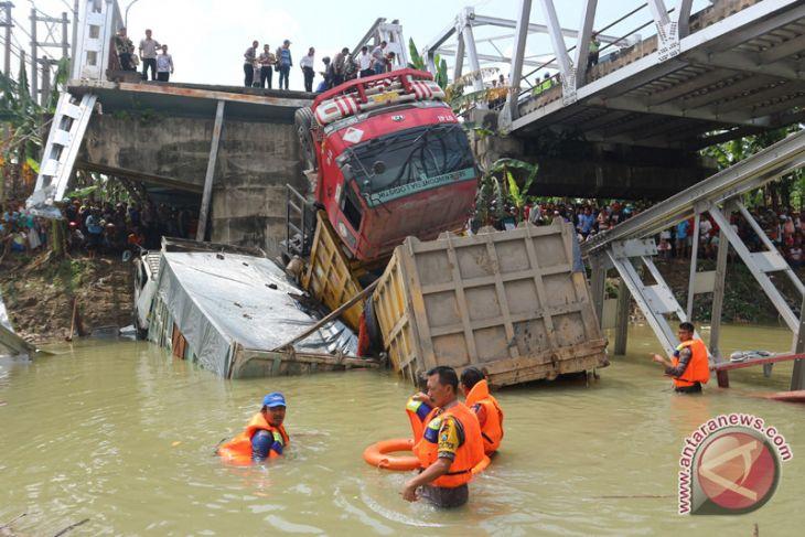 Jembatan Widang yang ambruk masih bergerak