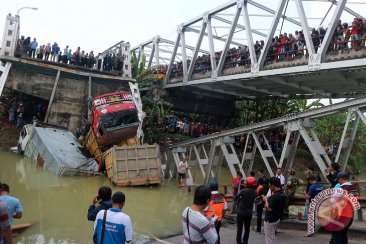 """Perlu """"crane"""" untuk evakuasi truk korban ambruknya jembatan Widang"""