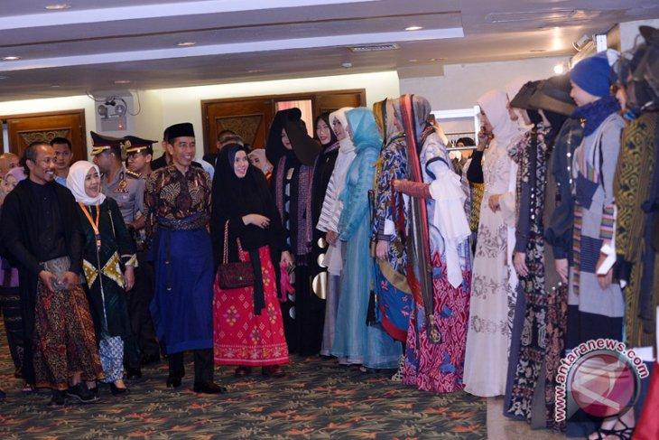 Foreign countries praise Indonesian muslim fashion: Jokowi