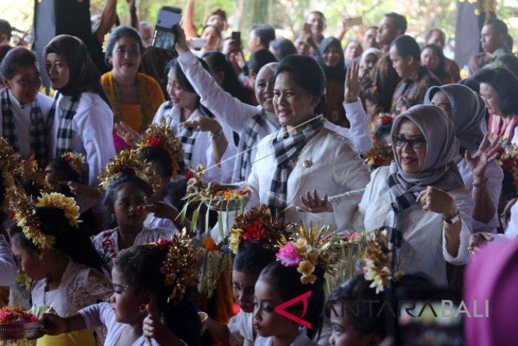 Iriana Jokowi menari bersama anak-anak PAUD Denpasar