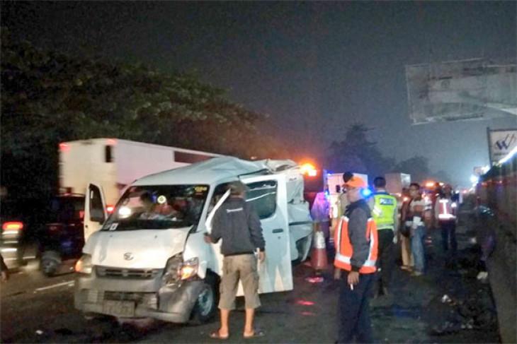 Kecelakaan dua kendaraan di Tol Bekasi Timur