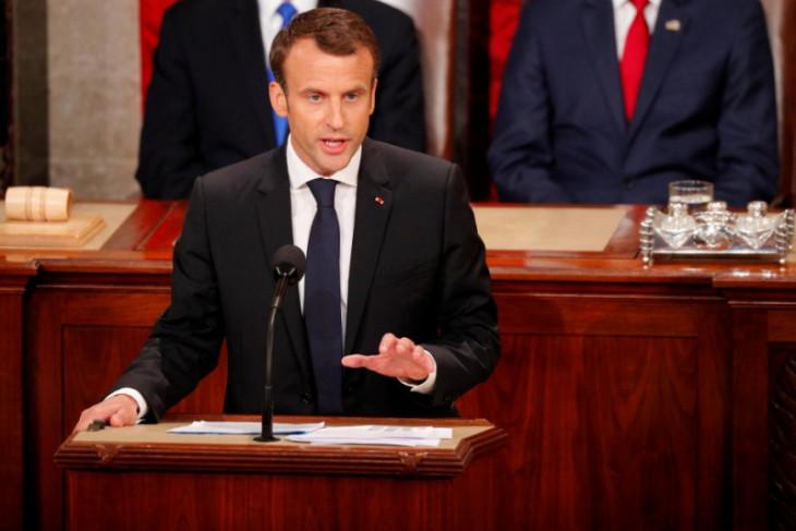 Ketika peluk cium Macron diakhiri cercaan terhadap filosofi politik Trump