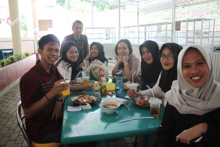 Mahasiswa belajar menjadi pemilik restoran profesional melalui resto gizi IPB