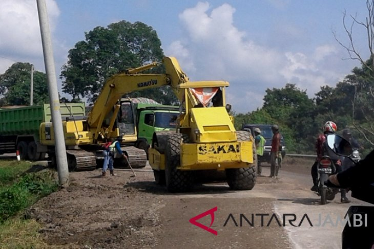 Jalan rusak menuju Candi Muarojambi diperbaiki