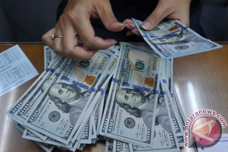 Nantikan kebijakan dagang AS, rupiah melemah