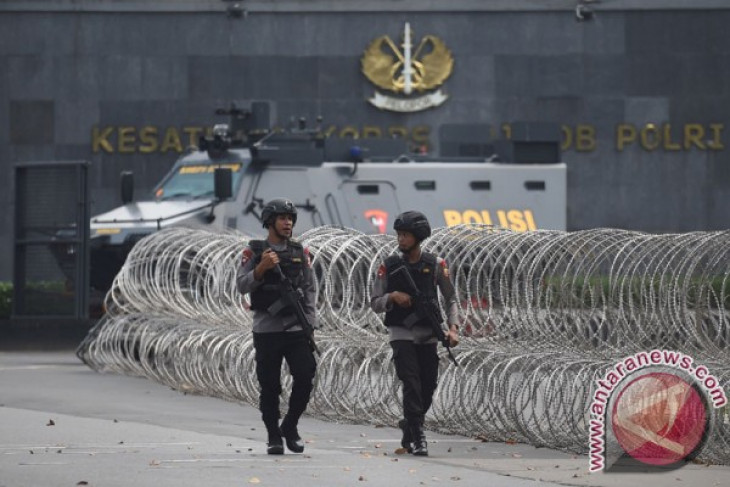 Inmates, officers hurt in Indonesia prison riot