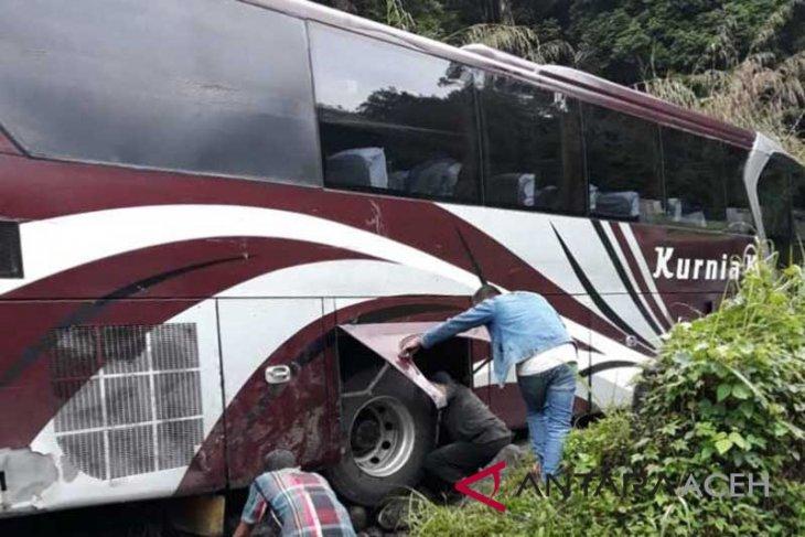 Satu unit bus tersangkut, arus lalulintas terganggu