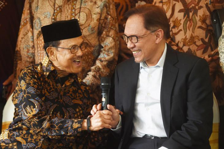 Foto kemarin: Pertemuan Habibie dan Anwar Ibrahim