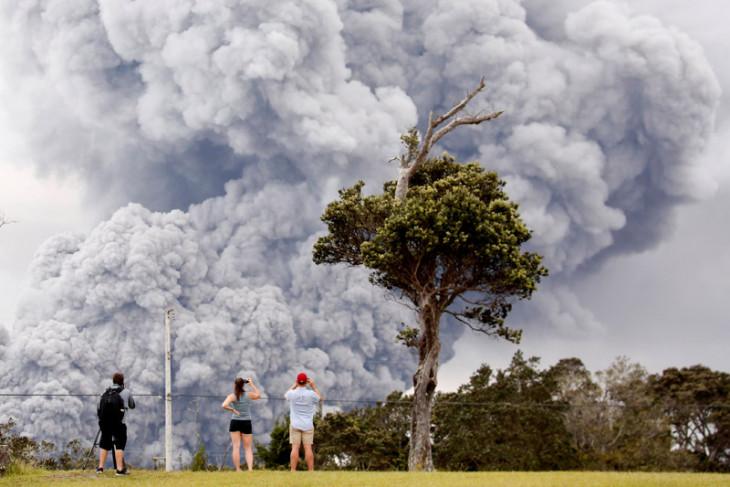 Gumpalan abu vulkanik gunung berapi picu peringatan bahaya di Hawaii