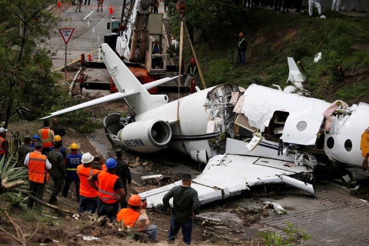Lima wisatawan asing tewas dalam kecelakaan pesawat