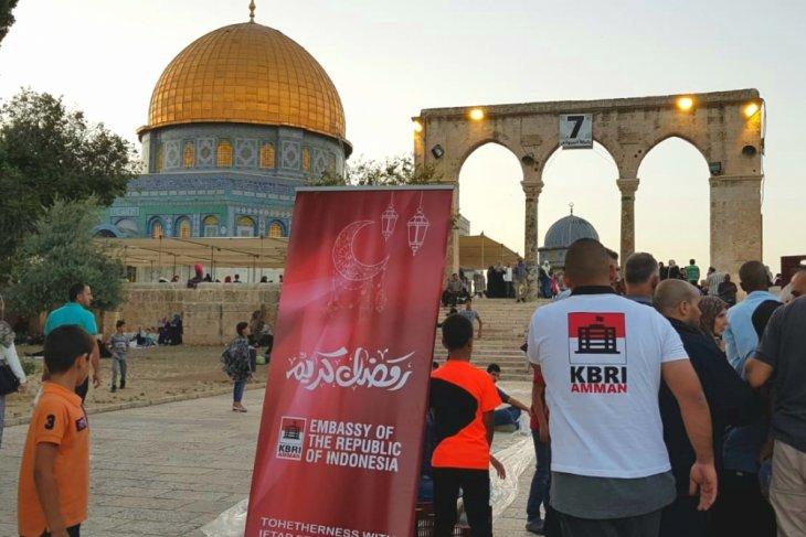Jewish settlers storm Jerusalem`s Aqsa compound
