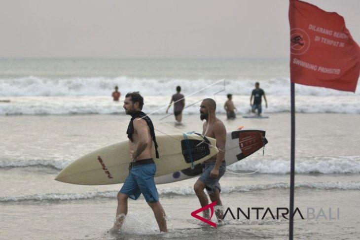 Gelombang tinggi, aktivitas wisata Pantai Kuta berangsur normal