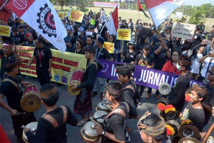Ratusan buruh ikuti jalan santai di Denpasar