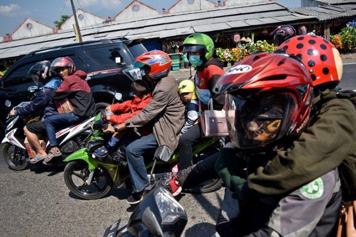 Pemudik sepeda motor sarat muatan