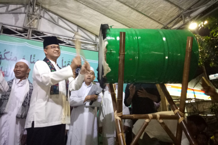 Anies takbiran & pukul bedug bersama warga Jakarta