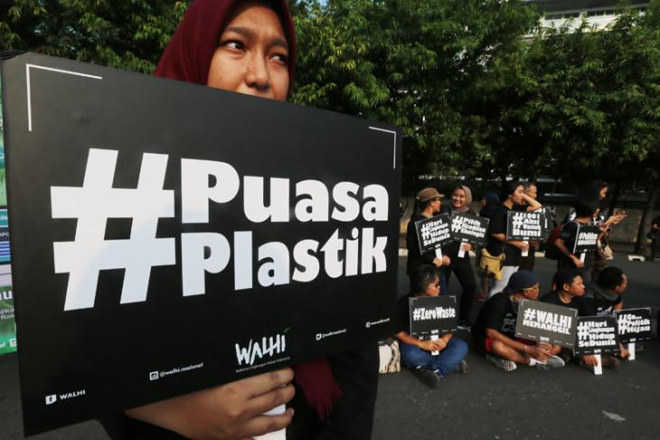Pembagian tas belanja untuk kurangi sampah plastik