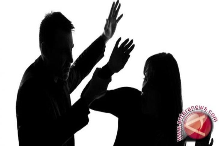 Polisi buru suami yang siram air keras ke istrinya