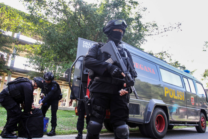 Suspected terrorists plan to attack police offices and banks