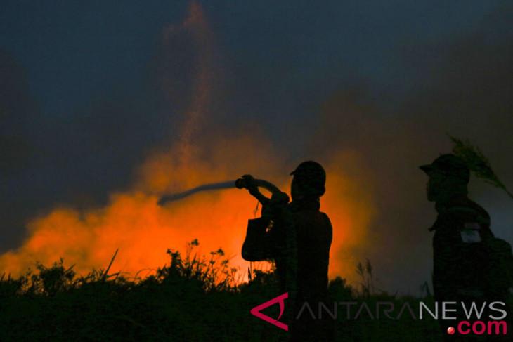Kebakaran terjadi di dekat jalan tol Purbaleunyi di Cimahi, pipa minyak terbakar