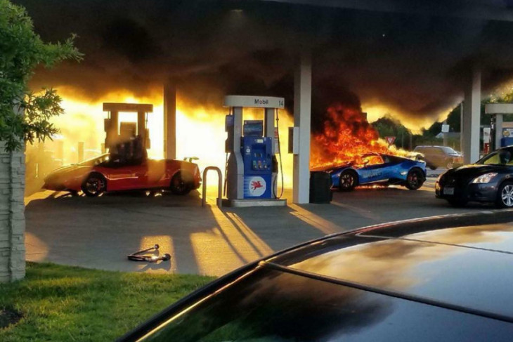 Lamborghini terbakar habis di pom bensin AS