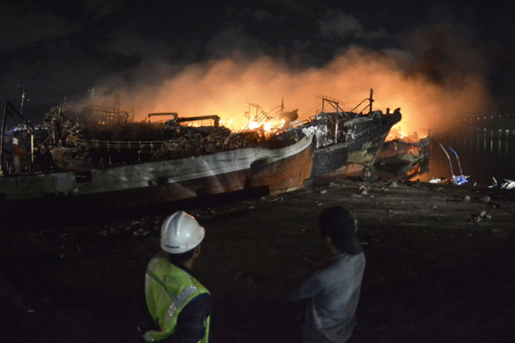Tens of fishing boats catch fire at Benoa port