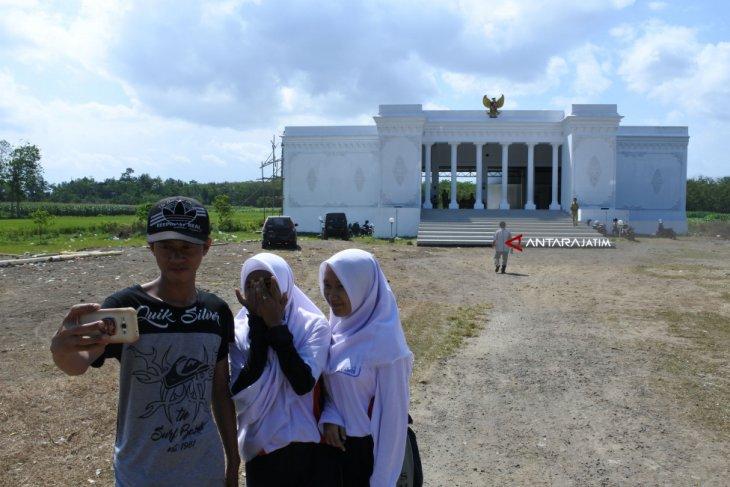 Kantor Desa Mirip Istana Negara Merdeka
