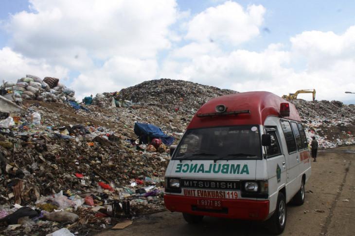Pencarian korban longsor sampah