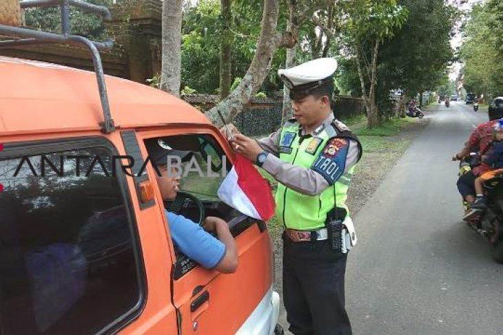 Polres Bangli bagikan ratusan bendera merah putih