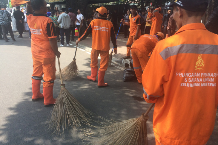 """""""Pasukan Oranye"""" dikerahkan pungut sampah di depan KPU"""