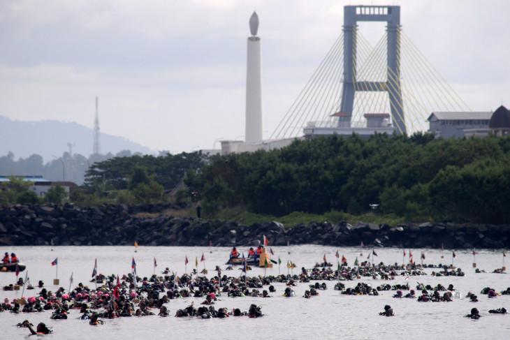 928 perempuan penyelam bentangkan Merah Putih di bawah laut Manado