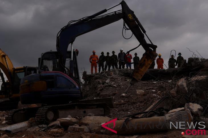 Warga  duga masih banyak korban terjebak reruntuhan
