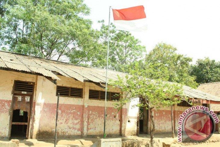 Puluhan pelajar Karawang belajar di teras sekolah