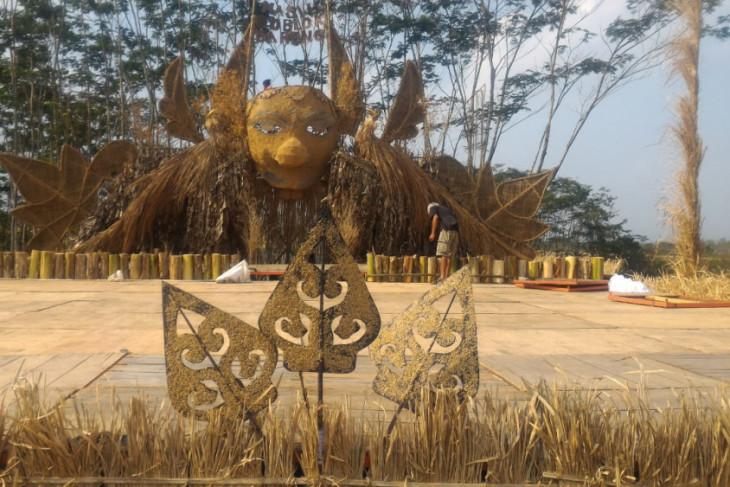 """Penthul""  si topeng raksasa di Festival Lima Gunung"