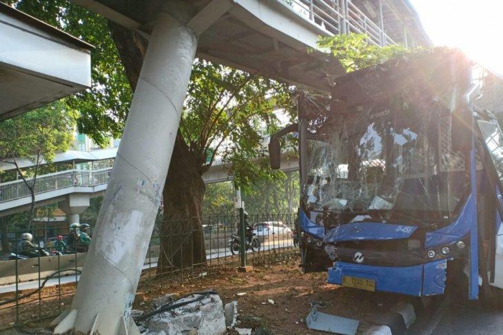 Tiang  JPO rusak akibat kecelakaan bus Transjakarta