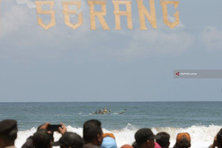 Libur Panjang Ribuan Wisatawan Padati Pantai Serang Blitar