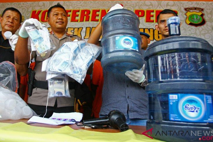 antarafoto pemalsuan air kemasan galon 280918 bal 1 - Pemalsuan Produk Air Minum Kemasan Galon