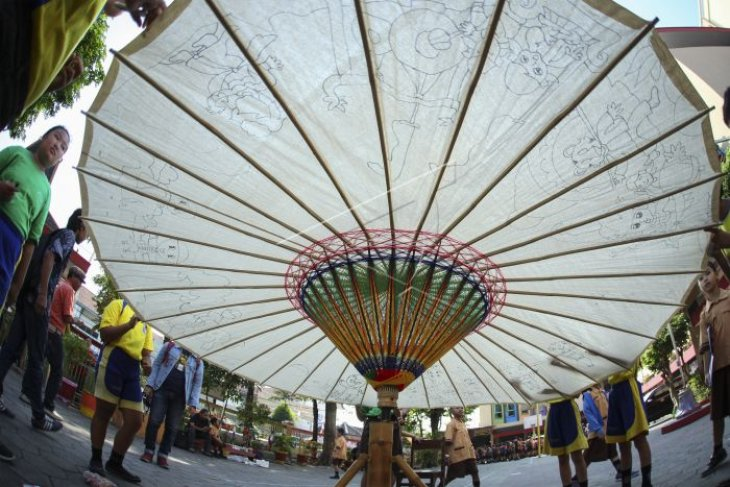Melukis payung raksasa