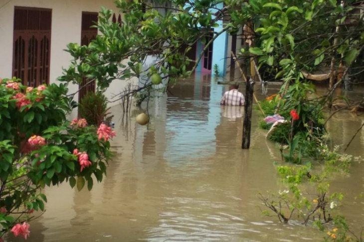 Dampak banjir, tanggul di Langkat jebol