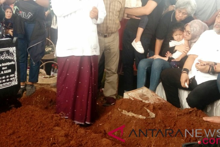 Jenazah istri Indro Warkop dikebumikan