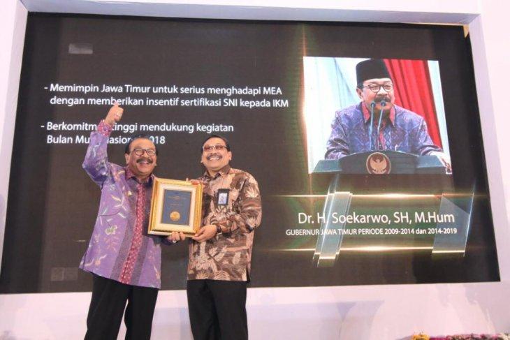 Soekarwo Raih Penghargaan Tokoh Pemrakasra Standardisasi Indonesia
